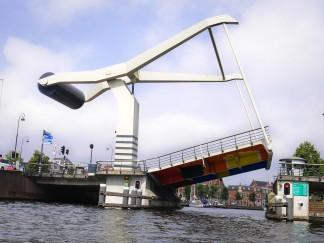 niesamowity most zwodzony
